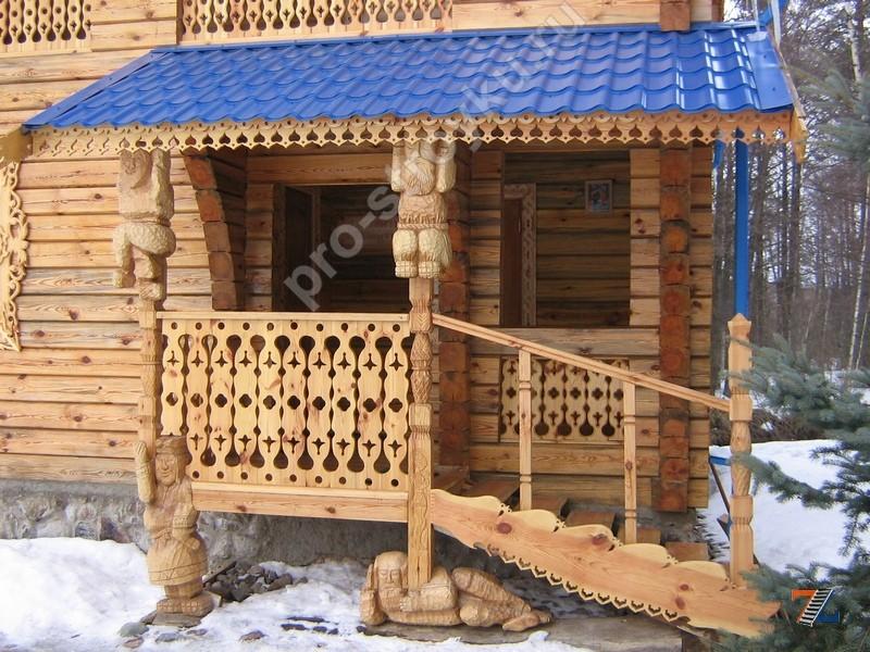 деревянное крыльцо с лестницей